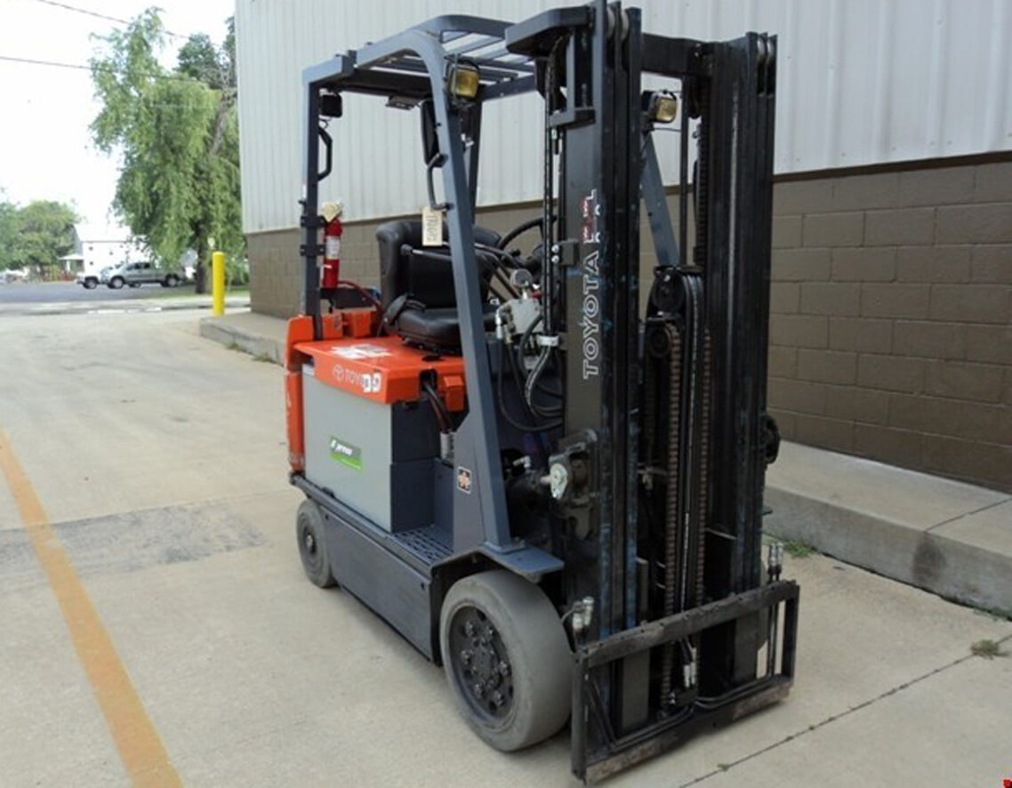 2005 Yale Order Picker Model# OSO30ECN24TE089, 89/198 Three Stage Mast with 24 Volt Battery and Charger, this unit is in good running condition and available for shipping right away.